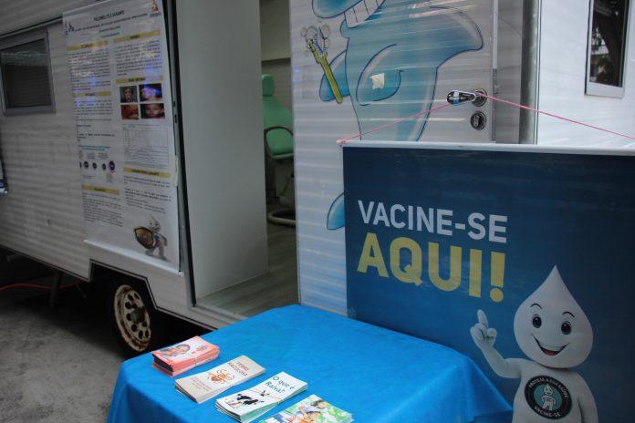 Trailer da saúde está disponibilizando vacinas no Centro de Balneário Camboriú, SC Hoje News