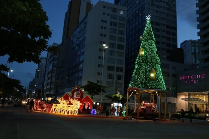 Papai Noel chega à Praça Almirante Tamandaré em Balneário Camboriú, SC Hoje News - Notícias de Balneário Camboriú