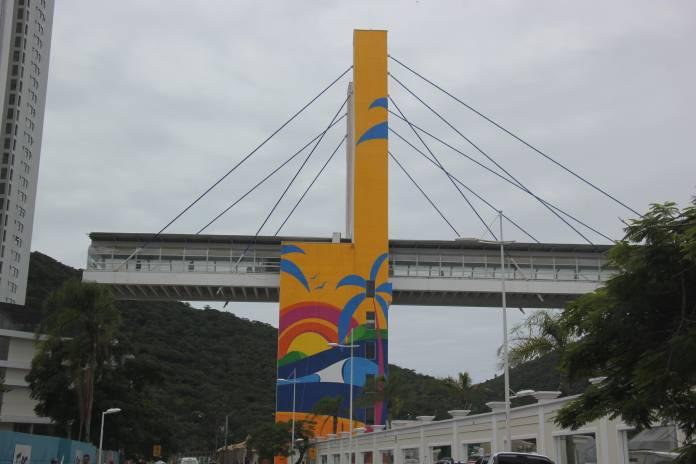 Passarela da Barra em Balneário Camboriú ganha painel artístico