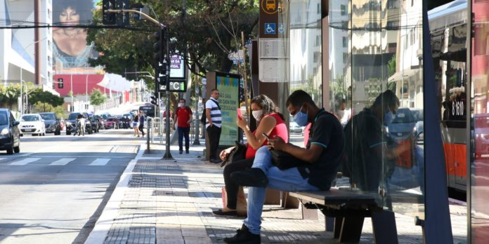 covid-19:-brasil-registra-21,2-milhoes-de-casos-e-590,7-mil-mortes